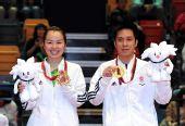 图文:高礼泽/帖雅娜夺混双冠军 两人展示金牌