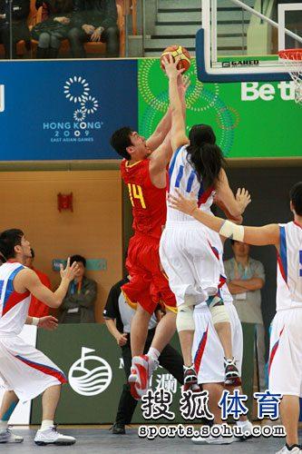 中国男篮狂胜中华台北 怒吼上篮瞬间 高清图片
