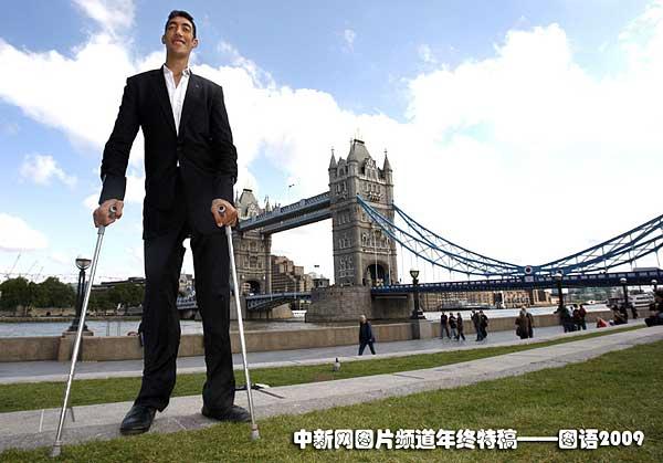 世界最高的人:9月16日,在英国伦敦泰晤士河傍的塔桥附近,身高2.