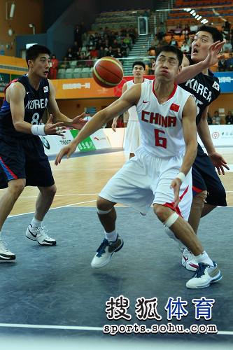 图文:东亚运中国男篮不敌韩国 张庆鹏表情抓拍