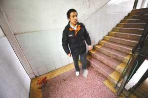 发生事故的楼梯拐角处仍可看到血迹