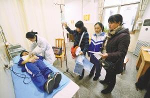 昨天,医生为受伤学生进行心电图检测。 新华社记者 赵众志摄