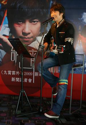 邰正宵发布会吉他弹唱