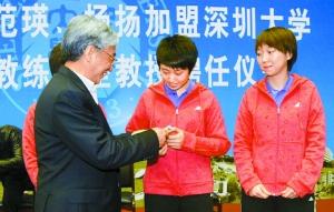 深圳大学校长章必功(左)向郭跃颁发学生证。