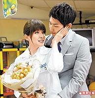 许玮宁(左)在《下一站,幸福》剧中轻抚未婚夫吴建豪脸颊,甜蜜谈情。