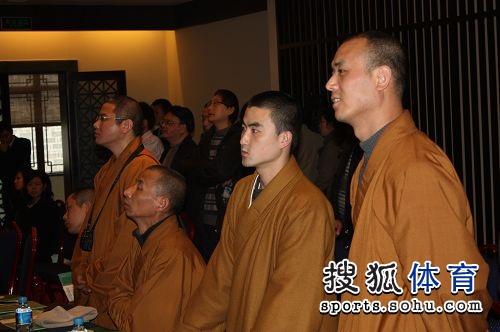 几位僧人观看讲解