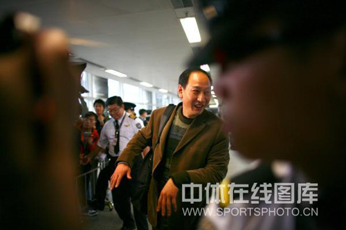 图文:刘翔抵港媒体粉丝疯狂 孙海平谈笑风生