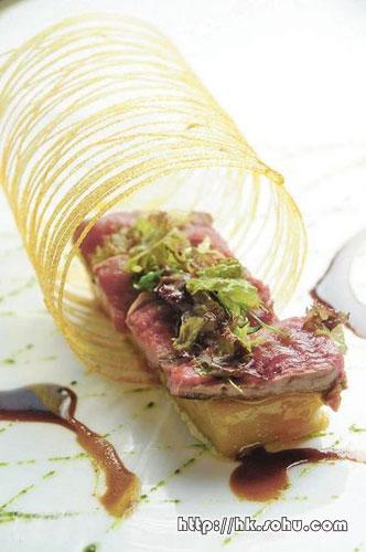 羊柳略煎,薯菜以牛油清及法国香草煮约45分钟后,充分吸收香