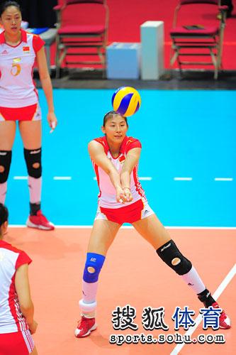 图文:东亚运女排决赛赛前热身 李娟练习垫球