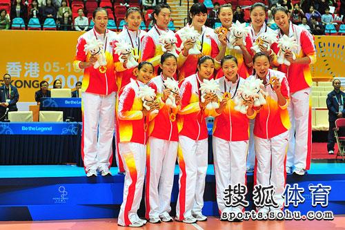 中国女排夺冠登领奖台