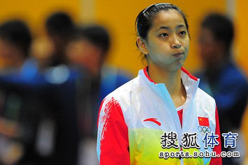 图文:东亚运中国女排夺冠 王茜无聊做鬼脸