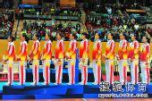图文:东亚运中国女排夺冠 队员在领奖台上