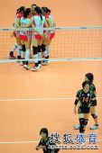 图文:东亚运中国女排夺冠 队员相拥庆祝