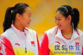 图文:东亚运中国女排夺冠 队员相视而笑