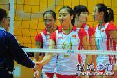 图文:东亚运中国女排夺冠 魏秋月与裁判握手