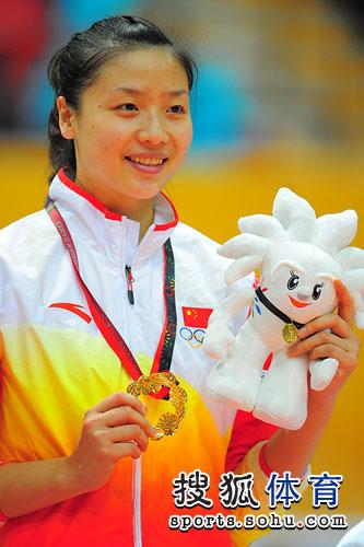 图文:东亚运中国女排夺冠 魏秋月展示金牌