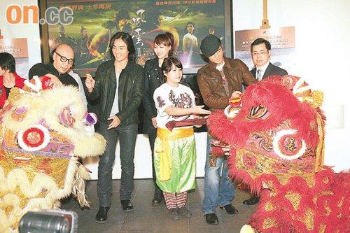 郑伊健(左二)和郭富城(右二)为醒狮点睛。