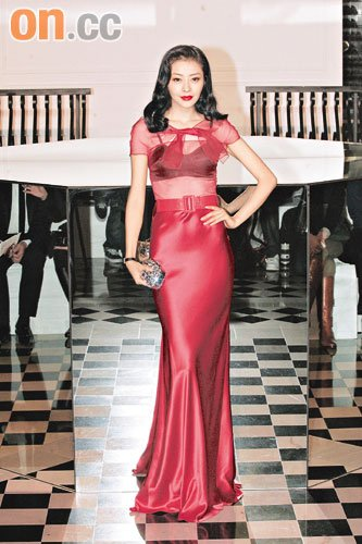 穿上红色透视长裙的熊黛林,身材若隐若现