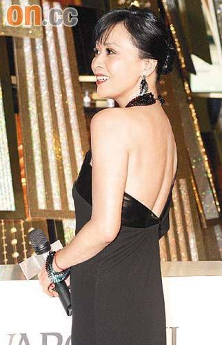 现场围观市民齐声向刘嘉玲送上生日祝福,逗得她笑开颜。