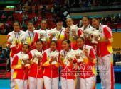 图文:东亚运中国女排轻松夺冠 姑娘们获奖合影