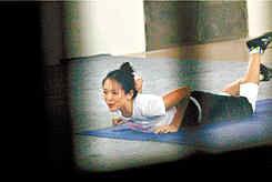 """章子怡""""奋发图强""""深夜练功,动作好似在做瑜珈"""