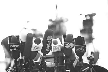 瞧这架势――一,二,三,四……前面一共有十个话筒架。凤凰卫视、亚视新闻、有线电视……所有香港本地的电视台,不约而同集体签到。