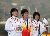 图文:刘青获得女子800米冠军 前三名幸福合影