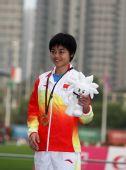 图文:刘青获得女子800米冠军 刘青绽放笑容