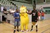 组图:全家总动员篮球嘉年华 家长卖力队员兴奋