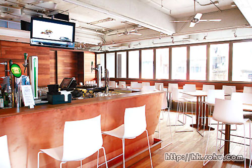 这间全苏豪最大的餐厅,设有酒吧区,营业至凌晨三时。