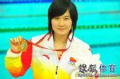 图文:女子800米自由泳王忻羽夺冠 展示金牌