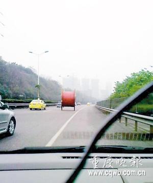 """""""大轱辘""""旁若无人地在高速公路上奔跑 图片来自网络(请作者速与本报联系)"""