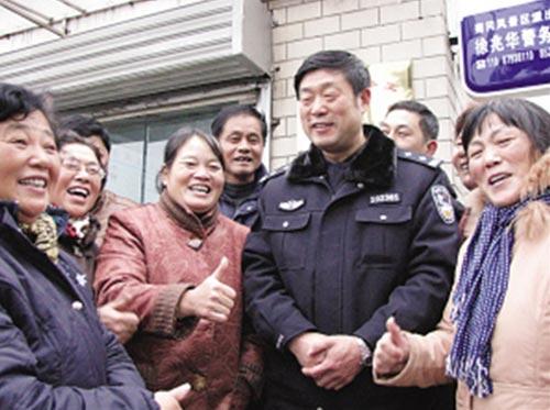 """当了官、成了""""名人""""的徐兆华还是居民们身边的""""好片警""""。陈 咏 摄"""