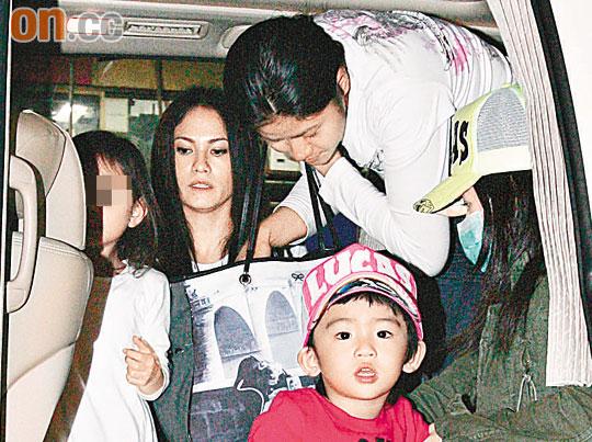 戴碧芝带女儿及Lucas上车