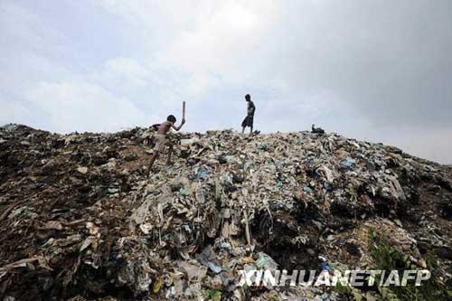 斯里兰卡垃圾堆积成山 给当地造成环境污染(图)