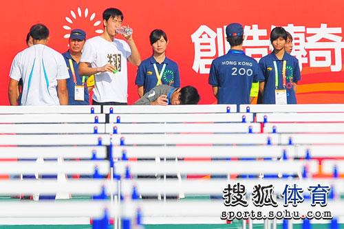 图文:刘翔亮相东亚运赛场 刘翔赛前喝口水