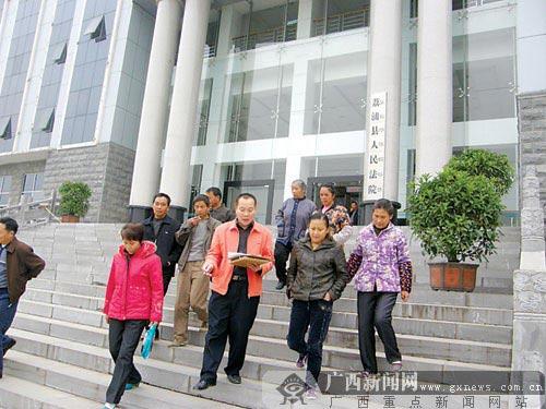 庭审结束,张连生、陈丽兰等人走出法院。