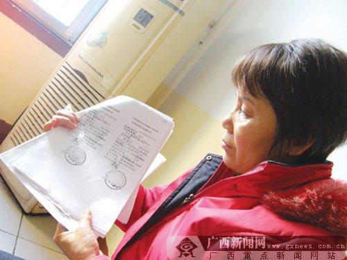 陈丽兰拿着被扣划的单子说,他们好无奈。