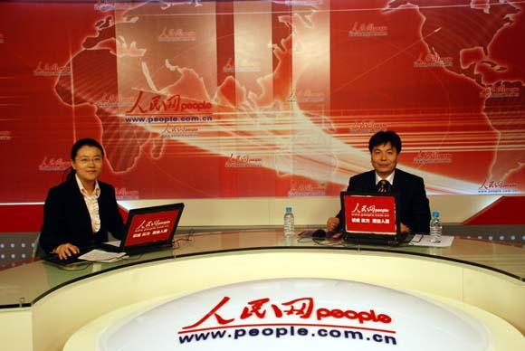 叶红平/叶红平和主持人在访谈现场(摄影:人民网军事记者李杨洋)