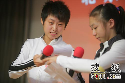 图文:程菲杨伊琳参加恒爱活动 交接发言稿件