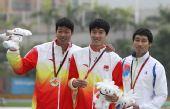 图文:刘翔获男子110米栏冠军 前三名选手合影