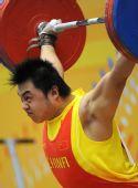 图文:举重男子105KG级杨哲夺冠 比赛中的特写