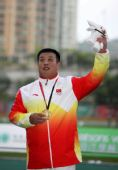图文:张竣夺得男子铅球冠军 站在最高领奖台上
