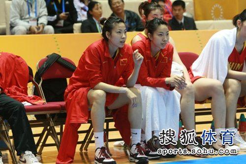 双胞胎姐妹在女篮决赛现场