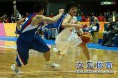 图文:东亚运动会男篮决赛 韩国队员带球突破
