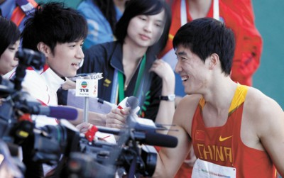 □香港艺人古巨基(左)代表TVB台采访刘翔 新华社现场图片