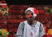 组图:火箭球员圣诞节雷人造型 小布红鼻头唱歌