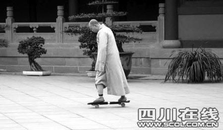 僧人在寺庙里玩滑板(网友供图)