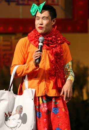 红色大红围巾搭配红色大花裙子的小沈阳依然喜感十足