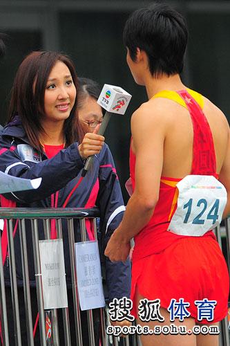 图文:东亚运动会男子百米决赛 TVB美女记者